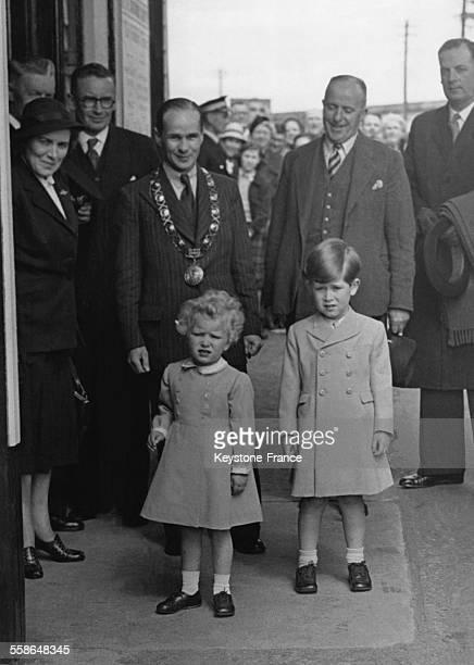 La Princesse Anne et son frere le Prince Charles a la gare de Ballater pour prendre le train du retour vers Londres apres leurs vacances le 20 mai...