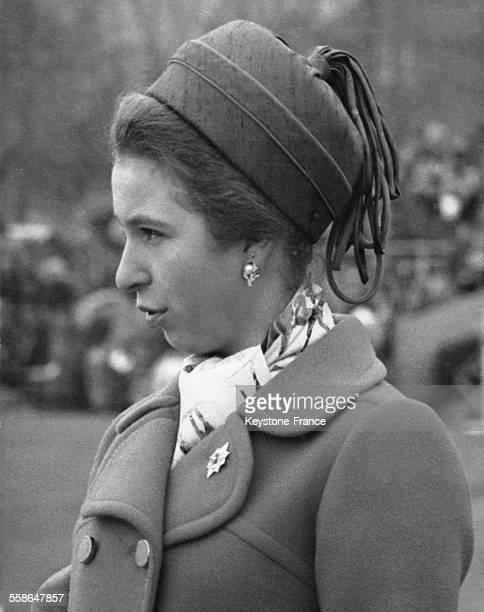 La Princesse Anne lors de la parade militaire du regiment de Sherwood portant la broche que lui a remise le Colonel Hackett le 28 fevrier 1970 a...