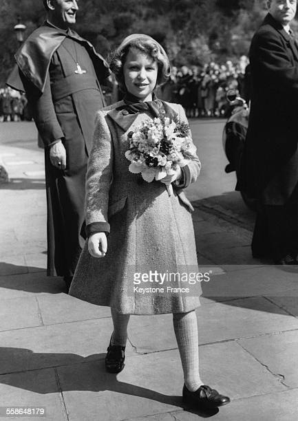 La Princesse Anne porte un bouquet de fleurs lors de la ceremonie du Maundy Thursday le 26 mars 1959 a Windsor RoyaumeUni