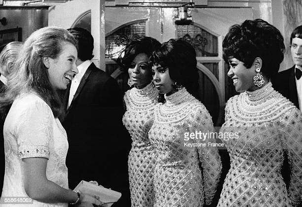 La Princesse Anne salue les chanteuses du groupe 'The Supremes' apres la representation du Royal Variety Performance au Paladium le 19 novembre 1968...