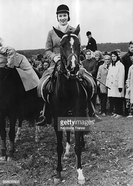 La Princesse AnneMarie de Danemark photographiee alors qu elle suivait la celebre chasse au renard le 17 octobre 1962 a Copenhague Danemark