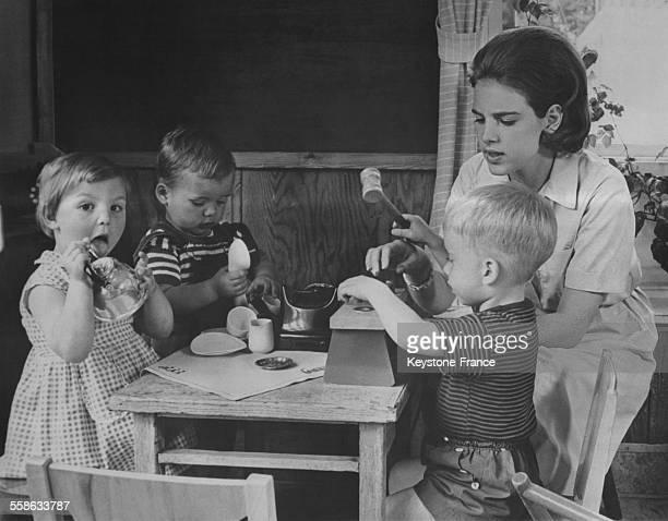 La Princesse AnneMarie de Danemark qui doit epouser en septembre prochain le roi Constantin de Grece suit des cours de puericulture dans une...