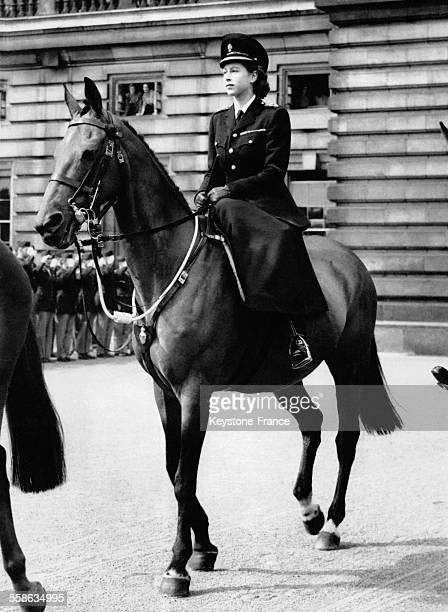 La Princesse Elisabeth a cheval portant un uniforme quitte Buckingham Palace pour participer a la parade 'Trooping the Colour' en l honneur de l...