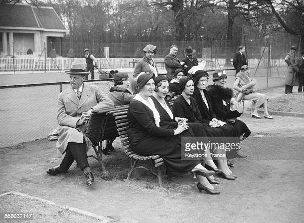 La princesse Ingrid entourée des deux infantes d'Espagne derrière le comte Ehrensvard ministre de Suède venus regarder le roi Gustave V jouer au...