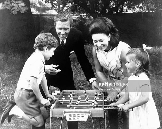La Princesse Margaret son époux Lord Snowdon et leurs enfants le Vicomte Linley et Lady Sarah jouent au babyfoot dans le jardin de leur résidence à...