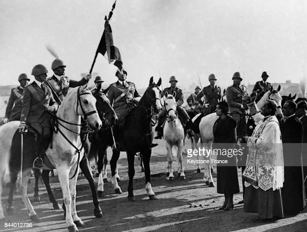 La princesse Marie de Savoie vient de remettre l'étendard que l'on voit dans la main du colonel commandant du 13e Régiment d'Artillerie à Rome Italie...