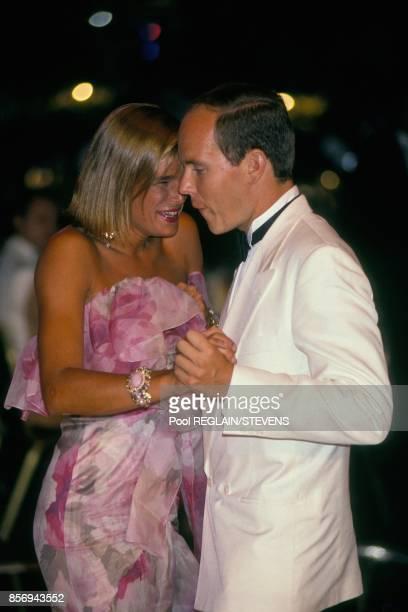 La princesse Stephanie et le prince Albert dansent ensemble au Bal de la CroixRouge le 3 aout 1990 a Monaco