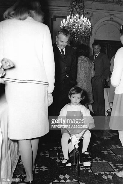 La princesse Stéphanie de Monaco enfant joue avec sa nouvelle bicyclette sous le regard de son père le Prince Rainier III de Monaco circa 1960