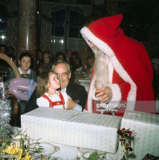 La princesse Stéphanie en compagnie de son père le prince Rainier découvre le cadeau que lui offre le Père Noël à Monaco en décembre 1968