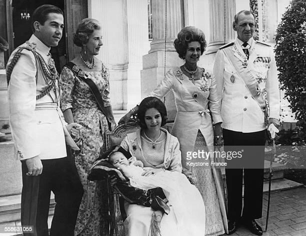 La Reine AnneMarie tenant dans ses bras la Princesse Alexia pour son bapteme et entouree du Roi Constantin de Grece la Reine Ingrid de Danemark la...