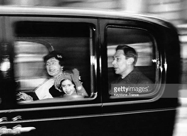 La Reine consort Elizabeth la Princesse Margaret et le Roi George VI en voiture quittent Piccadilly pour se rendre à Sandringham le 22 décémbre 1938...