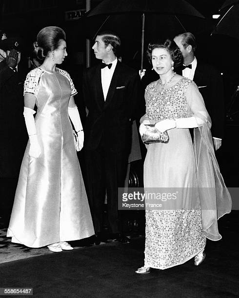 La Reine Elisabeth II accompagnee du Prince Charles et de la Princesse Anne arrivent pour assiter a un gala de charite le 19 novembre 1970 a Londres...