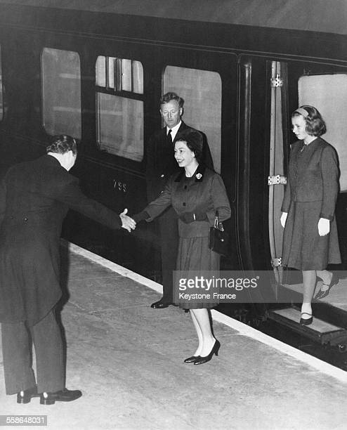 La Reine Elizabeth et la Princesse Anne sont accueillies par le chef de gare en descendant du train a King's Cross le 20 septembre 1963 a Londres...