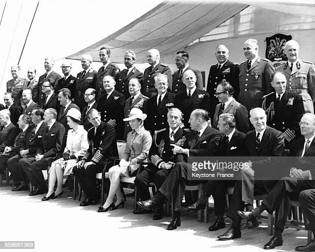 La Reine Elizabeth II assise à côté de son époux le Prince Philip et de sa fille la Princesse Anne procède à l'inspection des navires de l'OTAN à...