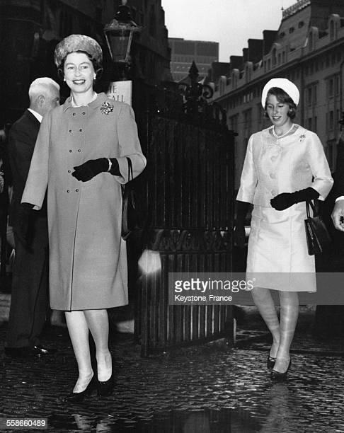 La Reine Elizabeth II et la Princesse Anne arrivent au mariage du Marquis de Hamilton et de Sacha Phillips à Westminster le 20 octobre 1966 à Londres...