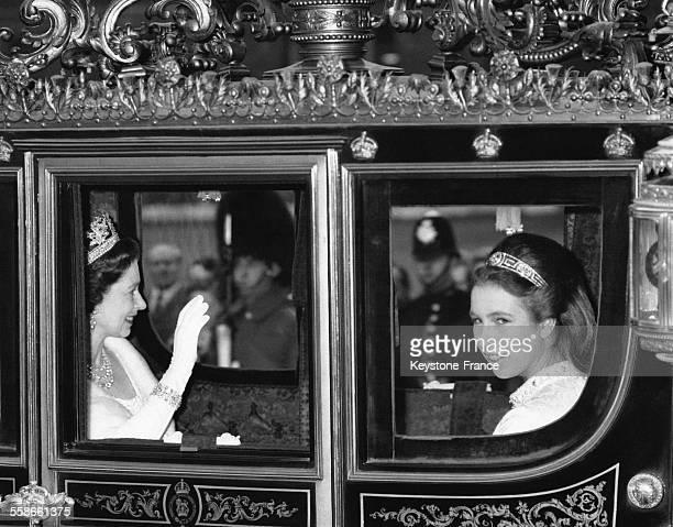 La Reine Elizabeth II et sa fille la Princesse Anne dans le carrosse irlandais qui les conduit à la Chambre des Lords où la Reine va procéder à...