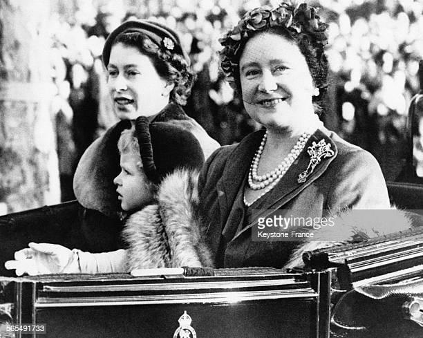 La Reine Elizabeth II la ReineMère et la petite Princesse Anne dans le calèche royal qui les conduit de Waterlook Station à Clarence House après le...
