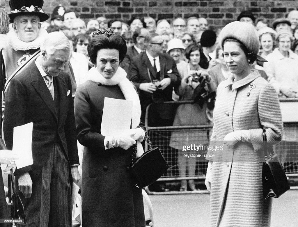 La reine Elizabeth II, le duc de Windsor ex roi Edward VIII et la duchesse de Windsor Wallis Simpson assistent a la ceremonie celebrant le centenaire de la naissance de la reine Mary lors de l'inauguration de la plaque commemorative le 7 juin 1967 a Marlborough, Royaume-Uni.