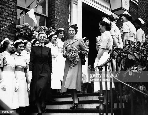 La Reine Elizabeth II sort du Gloucester Royal Hospital escortée de la directrice Miss Fensome le 4 mai 1955 à Gloucester RoyaumeUni