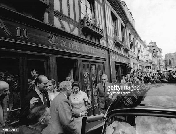 La Reine Elizabeth sort du restaurant 'Le Caneton' apres y avoir dejeune le 29 mai 1967 a Orbec France