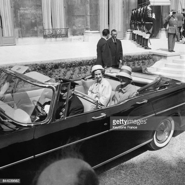 La reine Fabiola quittant l'Elysée en voiture décapotable à Paris France le 21 mai 1961