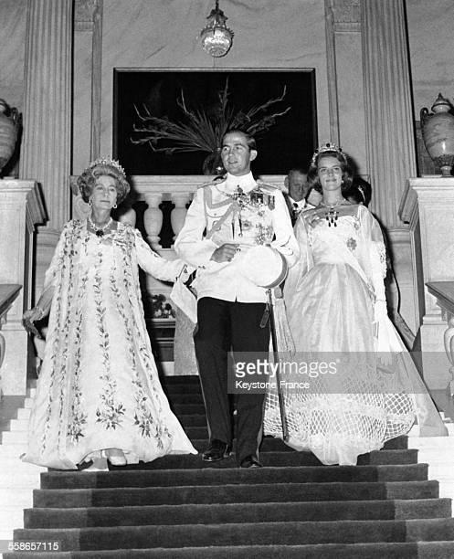La Reine Frederika de Grèce et son fils le Prince Constantin descendent l'escalier pour se rendre au bal en compagnie de la Princesse AnneMarie de...