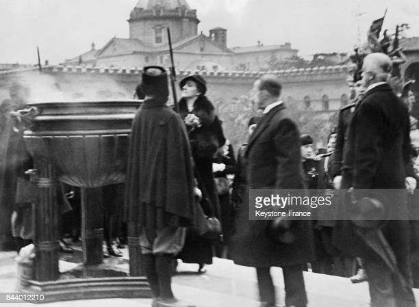 La reine Hélène d'Italie déposant son alliance en or et celle du roi dans un creuset déposé devant le tombeau du Soldat inconnu à Rome Italie le 19...
