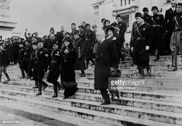 La reine Hélène d'Italie quittant l''Autel de la Patrie' à Rome Italie le 19 décembre 1935
