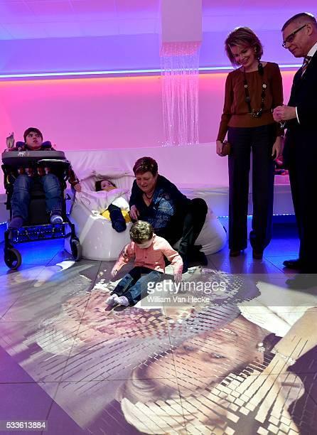 La Reine Mathilde visite le centre de services SintOda membre de l'organisation vzw Stijn à Overpelt Cette organisation célèbre cette année son 50e...