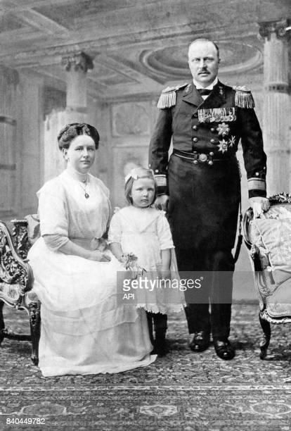 La reine Wilhelmine des PaysBas avec son époux Henri de MecklembourgSchwerin et leur fille la princesse Juliana en 1913