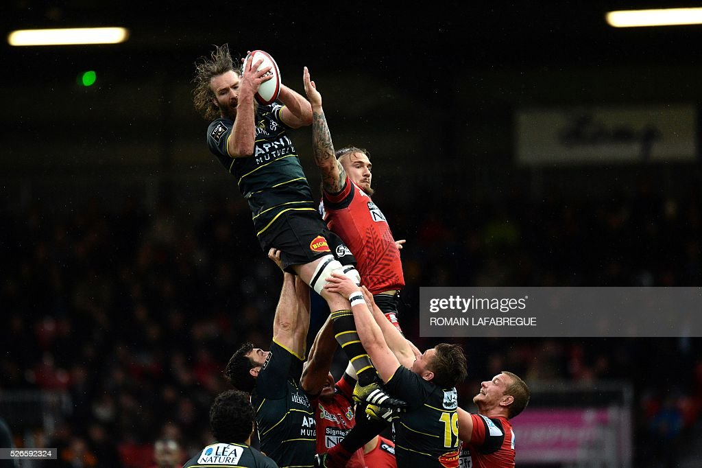 La Rochelle's flanker Jason Eaton of New Zealand (L-top) catches the ball from the line out despite of Oyonnaxs French flanker Pierrick Gunther (R) during the French Top 14 Rugby Union match between Union Sportive Oyonnax Rugby (USO) and Atlantique Stade Rochelais (ASR) on April 30, 2016 at the Charles-Mathon stadium in Oyonnax, central eastern France. Oyonnax won the match 17-16. / AFP / ROMAIN