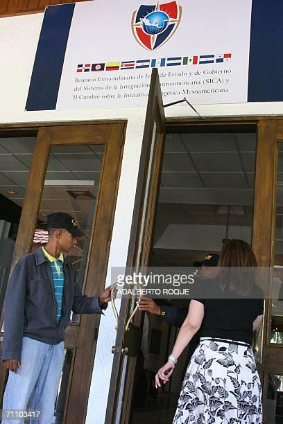 Miembros de cuerpos de seguridad controlan el 01 de junio del 2006 el acceso a las instalaciones donde se desarrolla la Reunion Extraordinaria de...