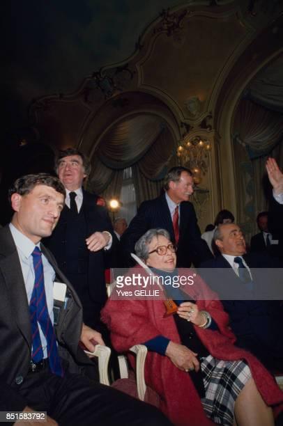 La romancière Marguerite Duras reçoit le Prix Hemingway 1986 à l'Hôtel Ritz en présence du ministre de la Culture François Léotard et Pierre Salinger...