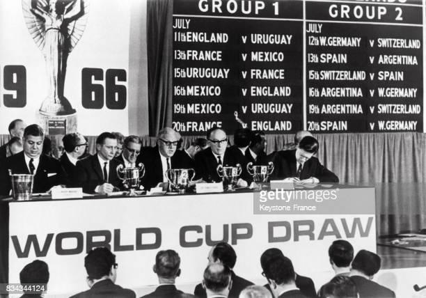 La tribune présidentielle avec derrière le tableau d'affichage des matches du groupe 1 et du groupe 2 à Londres RoyaumeUni le 7 janvier 1966