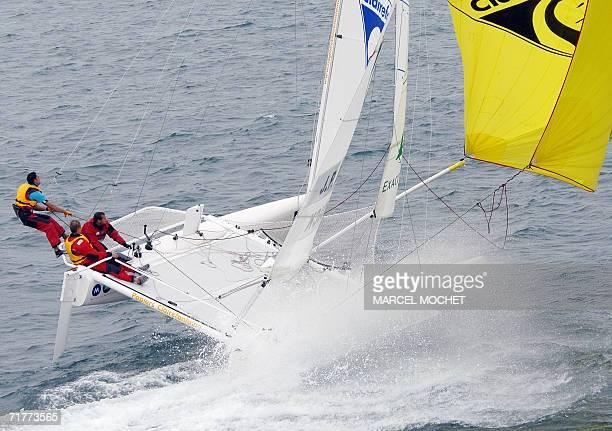 Le navigateur francais JeanPierre Dick et son equipage sont au rappel sur leur catamaran le 02 septembre 2006 au large de la TrinitesurMer durant la...