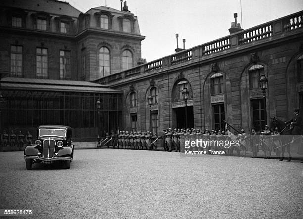 La voiture des souverains siamois passant devant le drapeau de la Garde républicaine dans la cour du Palais de l'Elysée à Paris France le 5 avril 1934