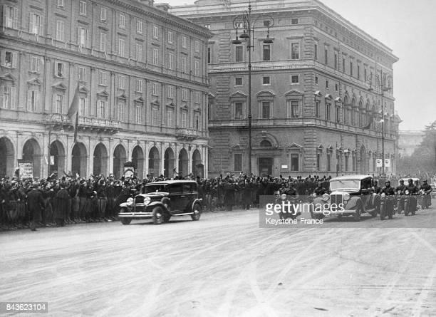 La voiture du ministre français Pierre Laval dans les rues de la capitale italienne où il est reçu par Mussolini en janvier 1935 à Rome Italie