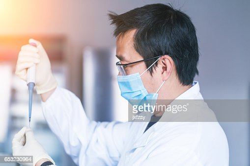 lab researcher working in the lab : ストックフォト