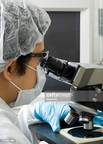 Labor-Techniker mit einem Mikroskop-Serie