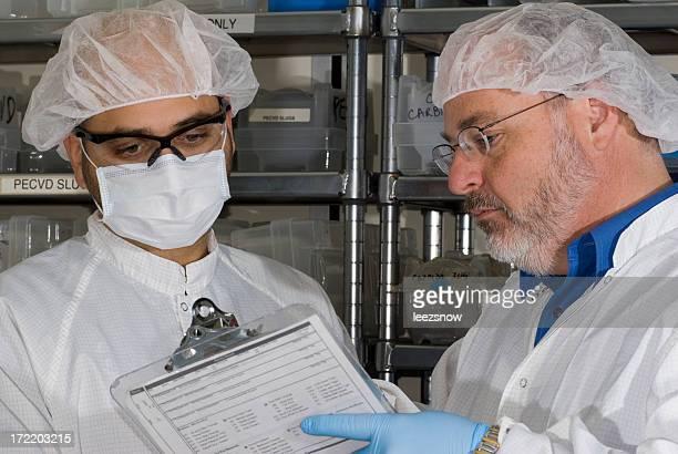 Techniciens de laboratoire avec le presse-papiers