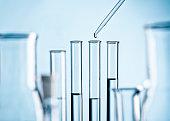 Detail eines Labors mit Reagenzgläsern, Pipette und Glaskolben
