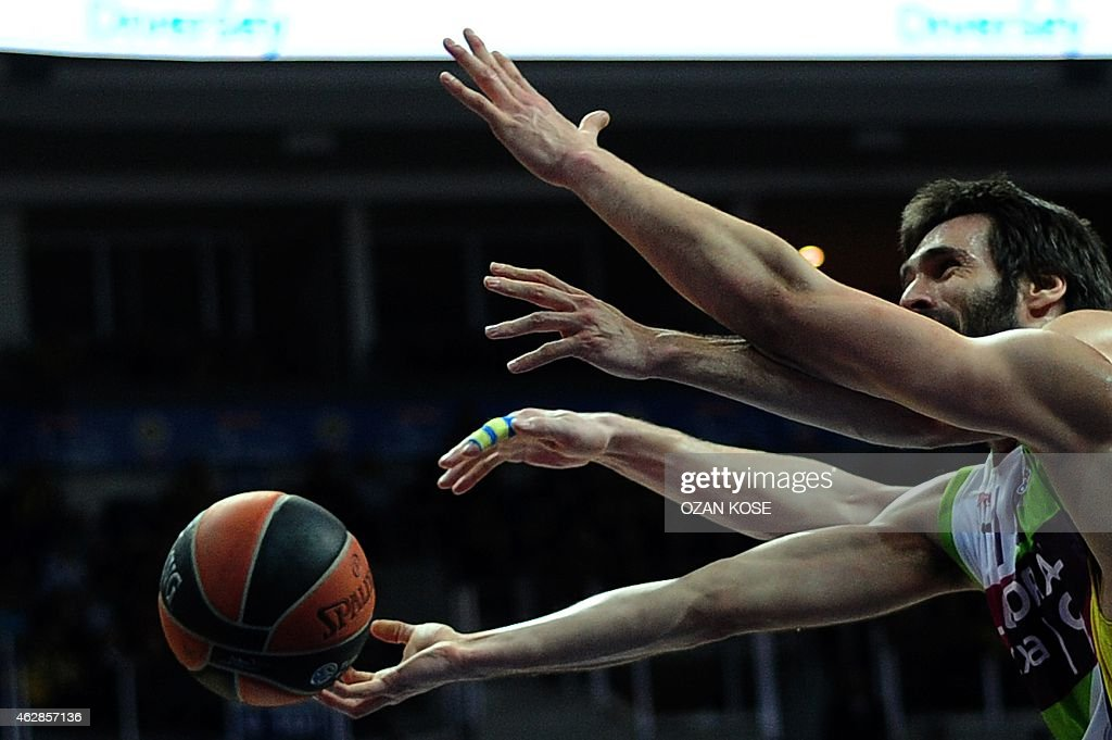 Laboral Kutxa Vitoria's Spanish guard Fernando San Emeterio (C) vies with Fenerbahce Ulker's Serbian forward Bogdan Bogdanovic (R) during a Eurolague top 16 basketball match Fenerbahce Ulker vs Laboral Kutxa Vitoria on February 6, 2015 at Fenerbahce Ulker Sports Arena in Istanbul.