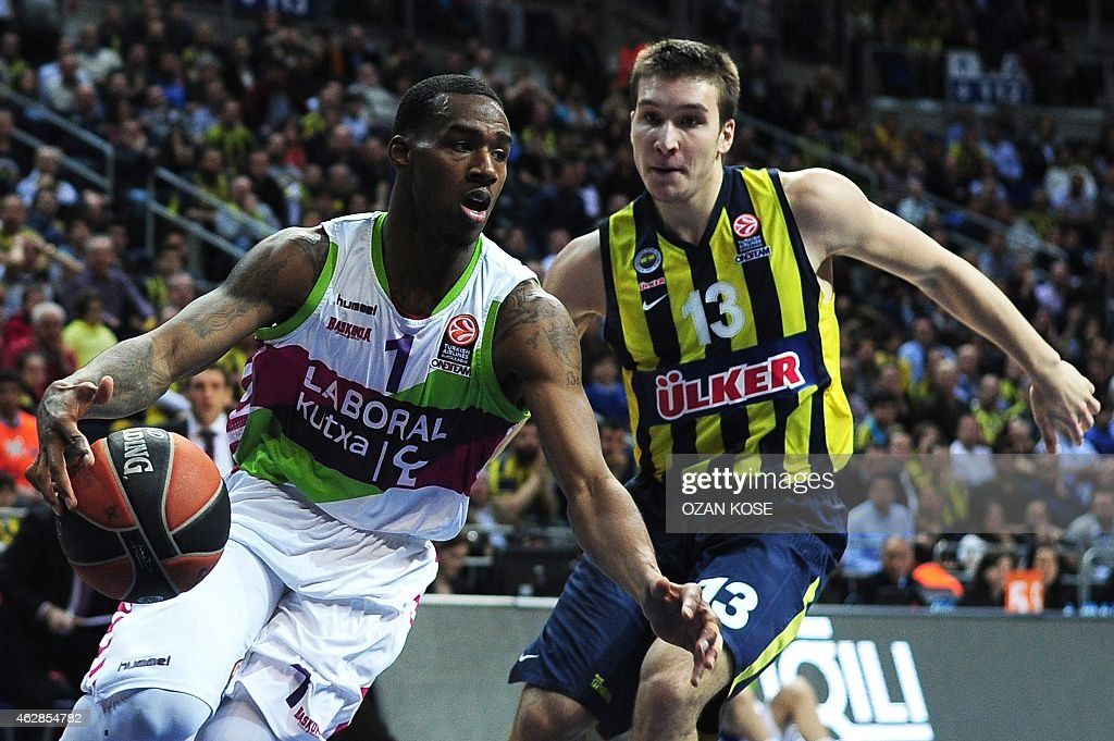 Laboral Kutxa Vitoria`s US guard Darius Adams (L) vies for the ball with Fenerbahce Ulker`s Serbian forward Bogdan Bogdanovic (R) during a Eurolague top 16 basketball match Fenerbahce Ulker vs Laboral Kutxa Vitoria on February 6, 2015 at Fenerbahce Ulker Sports Arena in Istanbul.