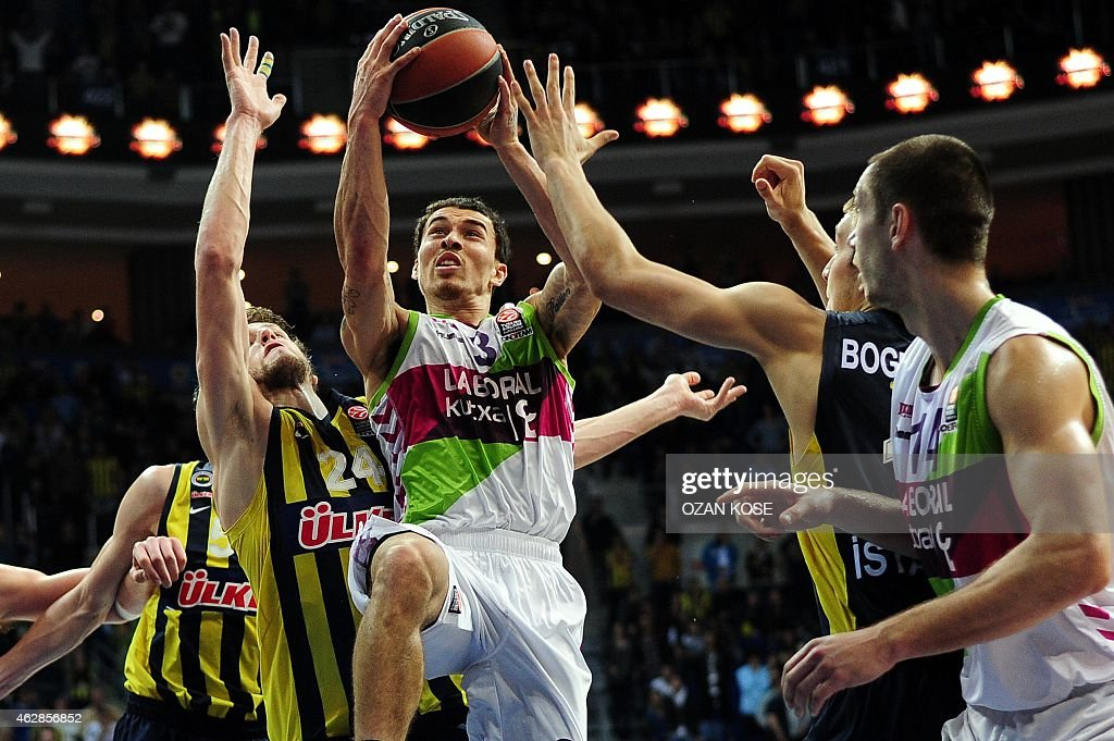 Laboral Kutxa Vitoria's US guard James Mike (C) vies with Fenerbahce Ulker's Czech forward Jan Vesely (2nd L) and Serbian forward Bogdan Bogdanovic (2nd R) during a Eurolague top 16 basketball match Fenerbahce Ulker vs Laboral Kutxa Vitoria on February 6, 2015 at Fenerbahce Ulker Sports Arena in Istanbul.
