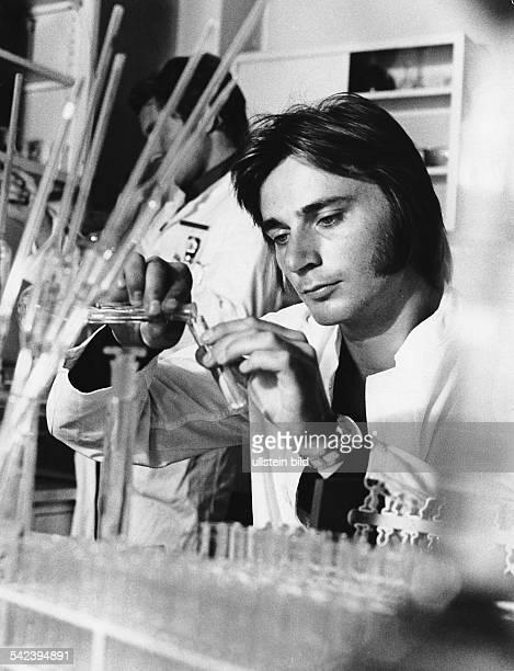 Laborant bei der Arbeit im Labor 1974