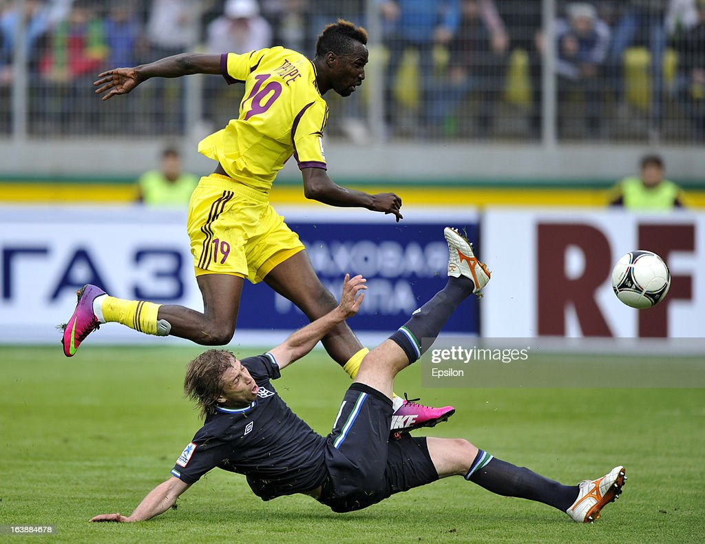 <a gi-track='captionPersonalityLinkClicked' href=/galleries/search?phrase=Lacina+Traore&family=editorial&specificpeople=6515667 ng-click='$event.stopPropagation()'>Lacina Traore</a> (Top) of FC Anzhi Makhachkala is challenged by Dmitry Verkhovtsov of FC Krylia Sovetov Samara during the Russian Premier League match between FC Anzhi Makhachkala and FC Krylia Sovetov Samara at the Anzhi Arena Stadium on March 17, 2013 in Kaspiysk, Russia.