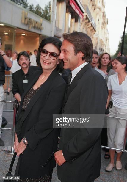 l'actrice française Anouk Aimée pose pour les photographes le 02 septembre 1999 à Paris en compagnie d'un homme lors de la première de 'Eyes Wide...