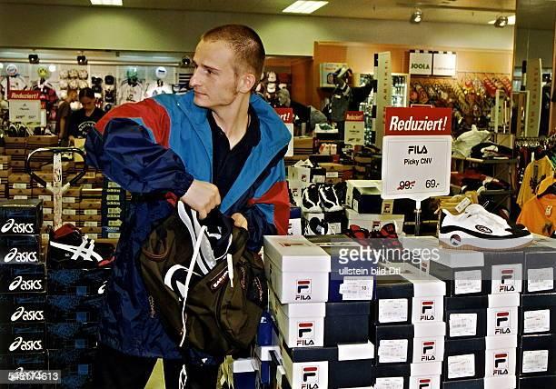 Ladendiebstahl im Kaufhof am Ostbahnhof Mann steckt Sportschuhe in eine Tasche September 1998