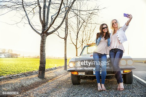 2 Ladies and a car : Stock-Foto