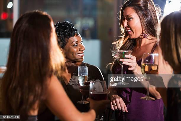 Ladies night out, haben Spaß an der bar